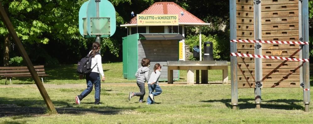 Giochi nei parchi vietati ai bambini Una nonna si chiede il perchè