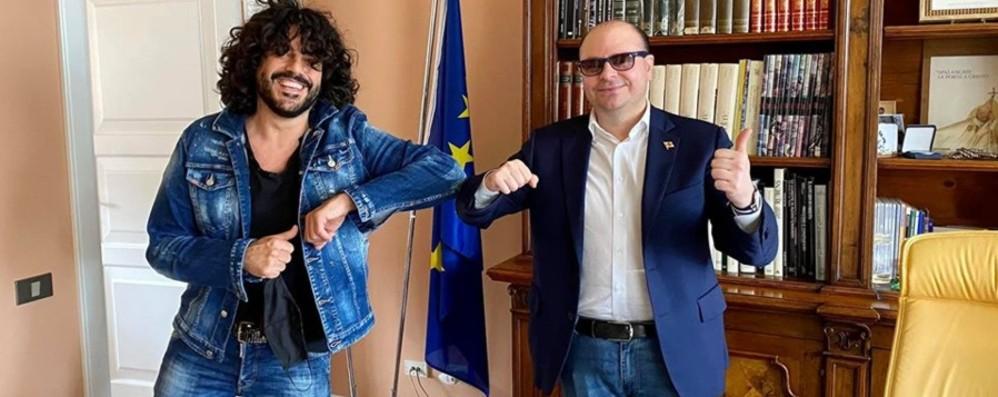 Il cantante Renga sbarca sul lungolago A Sarnico per le riprese del singolo - Foto