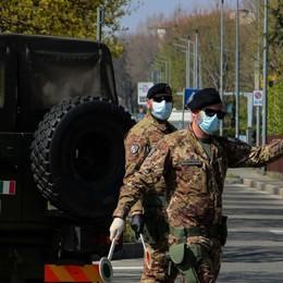 Il saluto dei militari che lasciano  Bergamo «I vostri nonni sono diventati anche i nostri»