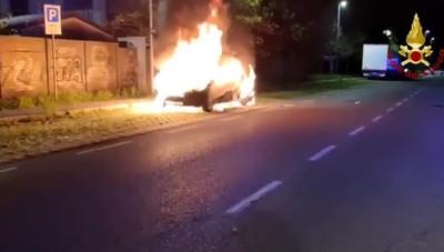 Bergamo, auto in fiamme nella notte