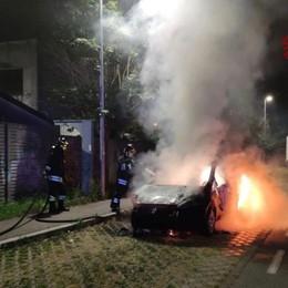 Bergamo, auto in fiamme nella notte Vigili del Fuoco in azione- Foto/Video