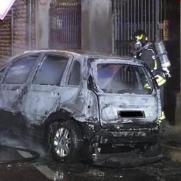 Brucia auto in sosta a Scanzo - Foto Intervento nella notte dei Vigili del Fuoco