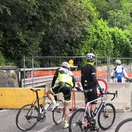 Ciclisti all'assalto della litoranea chiusa Tra Riva di Solto e Tavernola è un via vai