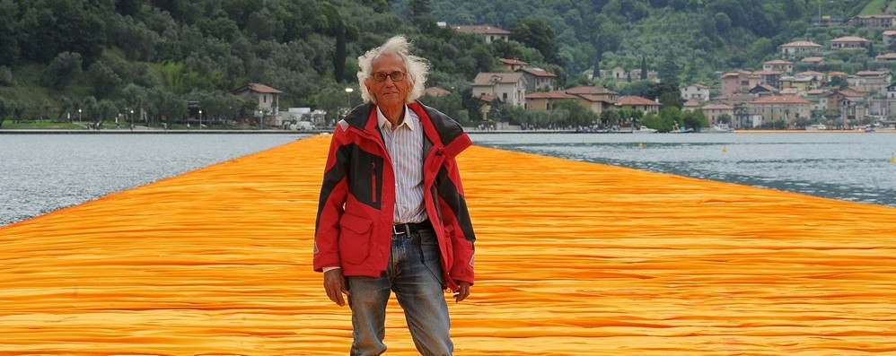 È morto a New York l'artista Christo Nel 2016 The Floating Piers sul lago d'Iseo
