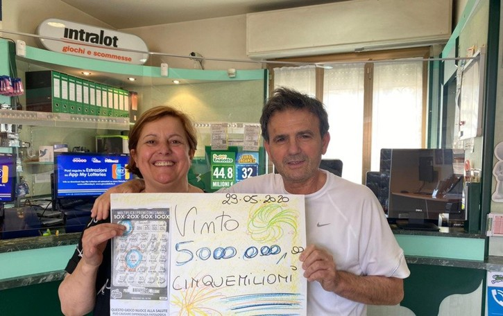 La dea bendata fa tappa a Calusco  Un «Gratta e vinci» regala 5 milioni