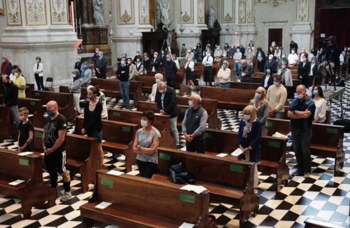 I fedeli distanziati n Cattedrale durante la solennità della Pentecoste