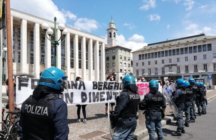 Protesta contro Fontana davanti alla Procura mentre i magistrati sentono il presidente Attilio Fontana
