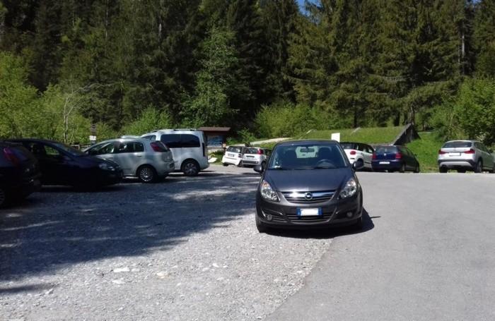 Auto al parcheggio di Valcanale di Ardesio