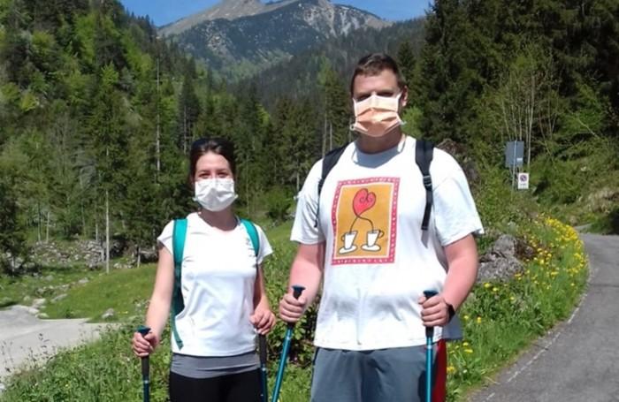 Un chirurgo e un'infermiera di Piario si dirigono verso il  rifugio Alpe Corte