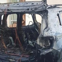 Auto in fiamme a Berbenno - Foto Il rogo brucia anche una staccionata
