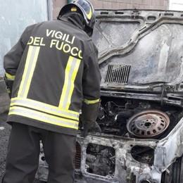 Auto in sosta prende fuoco -Foto Intervento dei Vigili del fuoco a Cisano