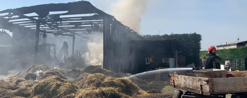 Brucia un fienile a Bolgare - Foto Struttura distrutta, nessun ferito