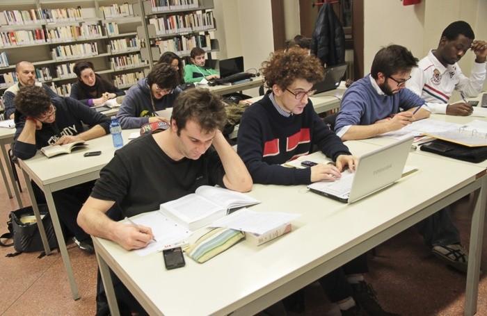 Studenti nell'aula studio della biblioteca Caversazzi