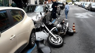 Moto si schianta sulle auto parcheggiate in via San Bernardino a Bergamo, grave 44enne