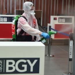Orio si prepara al ritorno dei passeggeri Al via la sanificazione dello scalo - Video