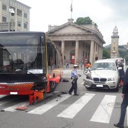 Porta Nuova: incidente tra bus e due auto  Tre feriti, nessuno è in gravi condizioni