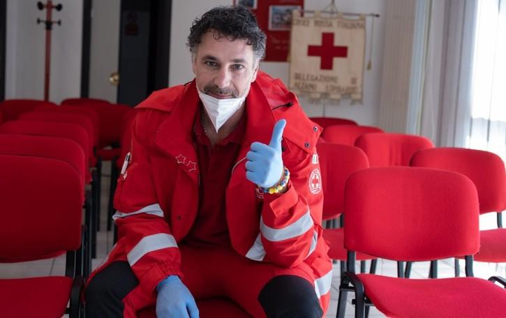 Raoul Bova ad Alzano con la Croce Rossa «Grazie volontari, mi avete contagiato con l'amore»