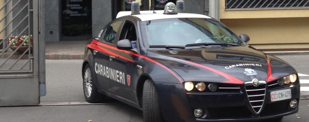 Sistema la spesa, le  rubano la borsetta I carabinieri sono lì: arrestati due bresciani