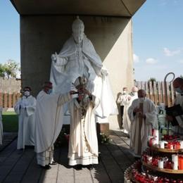 «Brilli come luce sulle migliaia di morti» Il vescovo ricorda Papa Giovanni -Video