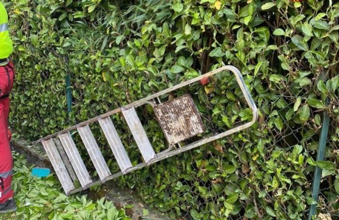 La scala da cui è caduto l'uomo tagliando la siepe del giardino di casa