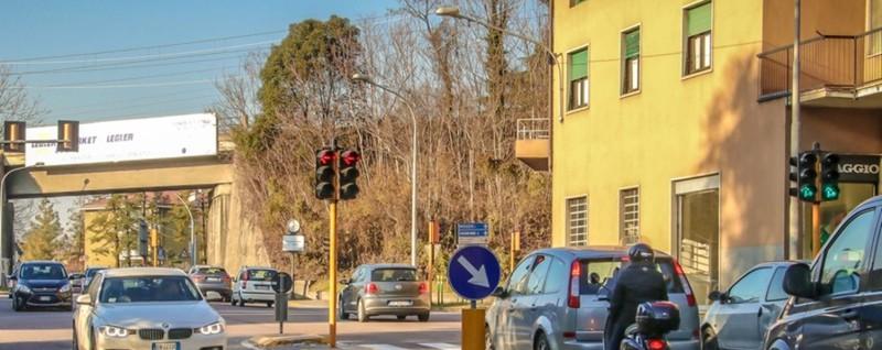 Albero caduto, strada chiusa a Ponte Rallentamenti anche sulla Briantea