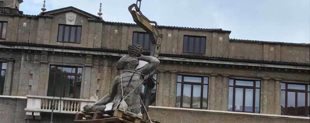 La fontana «in volo» verso il restauro Avanti con i lavori di piazza Dante