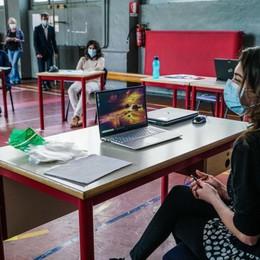 La scuola anche on line e classi divise in gruppi