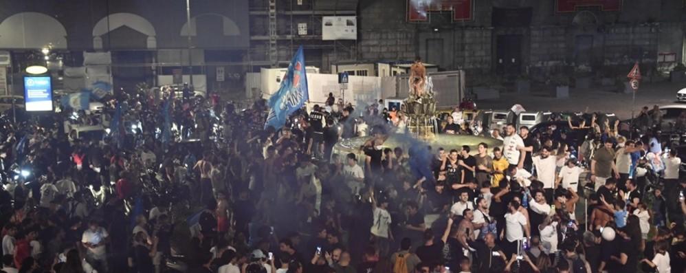 Le vie piene a Napoli Istituzioni fuori luogo