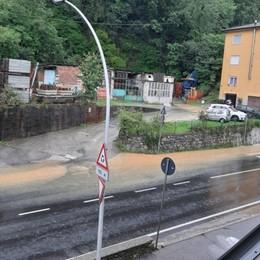 Maltempo, allagamenti a Nembro Acqua e fango: Statale 42 in tilt