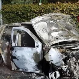 Martinengo, schianto contro il guard rail L'auto prende fuoco: giovane esce illeso