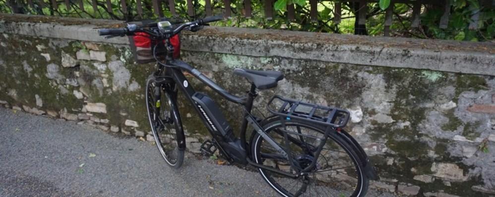 Morta la donna caduta in bici elettrica Fatale la botta contro il cordolo stradale