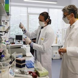 «Una vera lotta per sconfiggere il Covid» Lombardia, bando di ricerca da 7,5 milioni