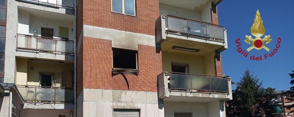 Zingonia, candela accesa cade sul letto Fiamme e fumo: evacuato un palazzo