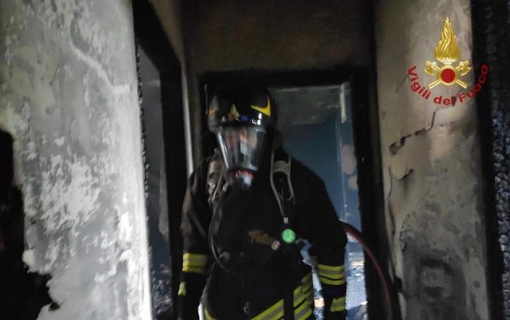 Bonate Sopra, casa in fiamme -Foto Momenti di apprensione, nessun ferito