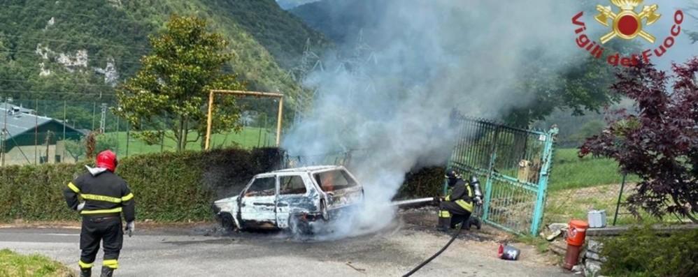 Olmo al Brembo, auto in fiamme spenta dai vigili del fuoco