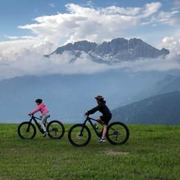 Savoldelli e Moioli in sella all'e-bike Biciclettata per promuovere la mobilità dolce
