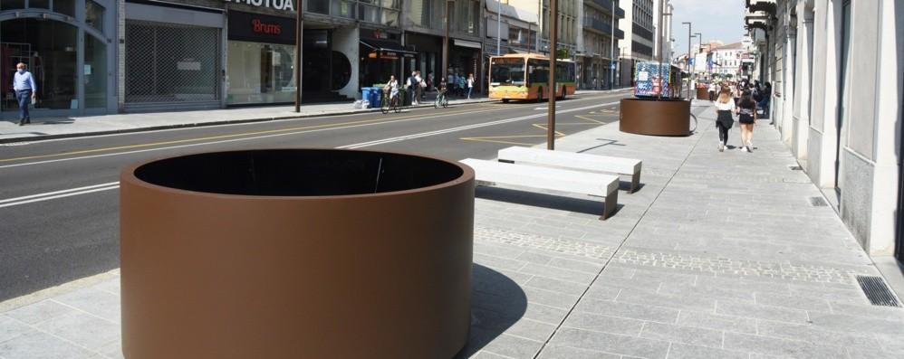 Bergamo via Tiraboschi, le nuove fioriere E il commercio ripartirà con i dehors