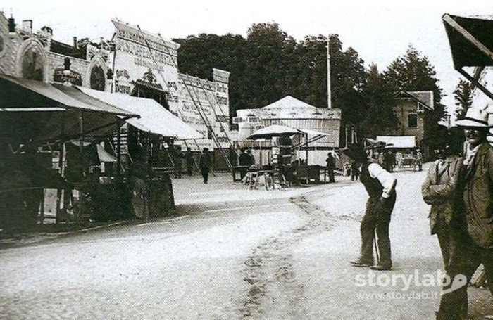 Attrazioni e bancarelle in Piazza Baroni
