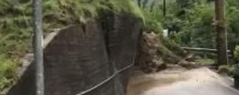 Brembilla, frana sgretola un muro-Video Ondata di maltempo in Bergamasca