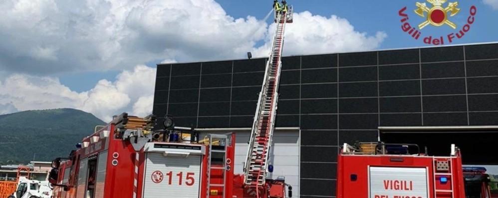 In fiamme tetto con pannelli fotovoltaici Vigili del fuoco in azione - Foto e Video