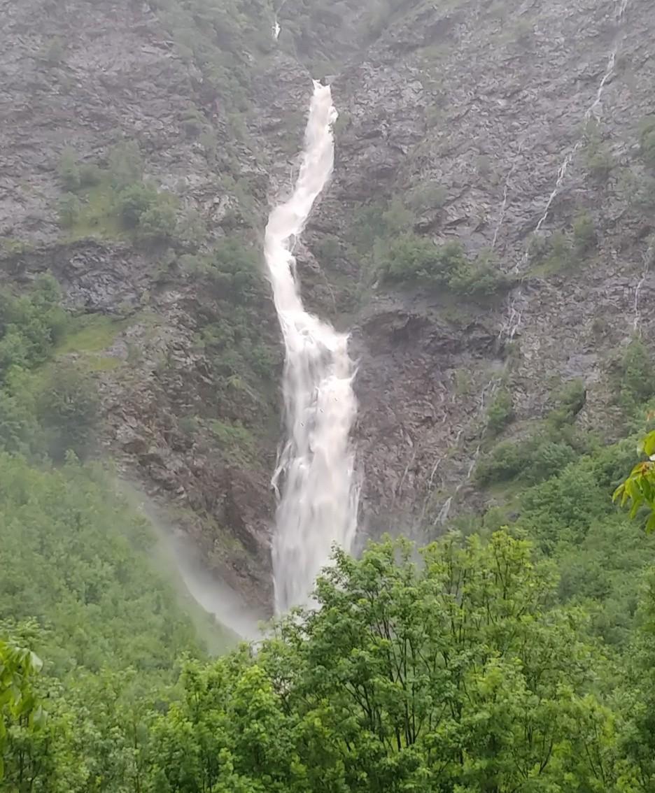 Impressionante la cascata naturale del torrente Coca alle 18.30 a Pianlivere di Valbondione