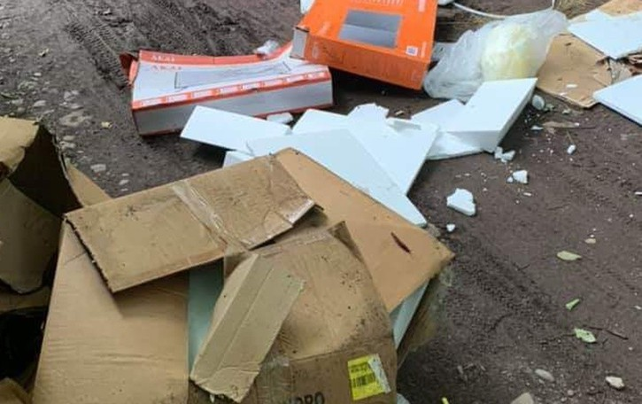 Imballaggi e sacchi di plastica Rifiuti nel Parco del Brembo