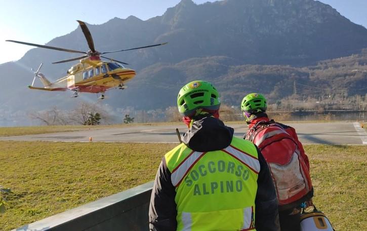 Scivola nei boschi di Oneta Soccorsi in azione, c'è l'elicottero