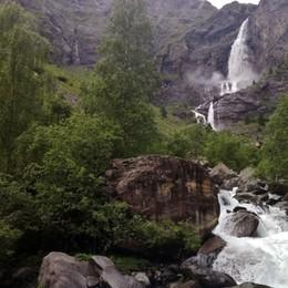 Troppa pioggia, il video del triplice salto Spettacolo inatteso alle cascate del Serio