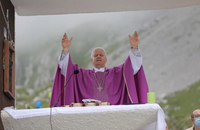 Un momento della benedizione del vescovo