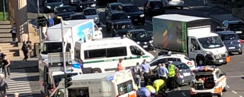 Schianto ai Propilei di Bergamo Traffico in tilt, due feriti - Foto