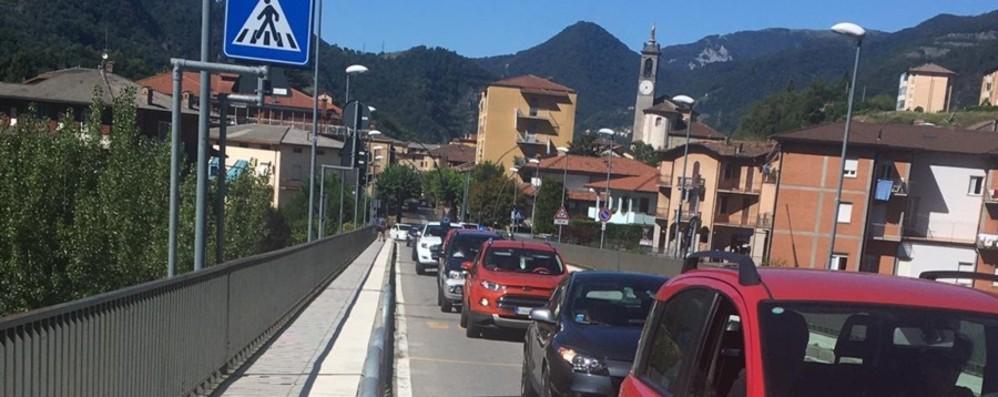 A Zogno si asfalta la strada provinciale Caos e lunghe code in Val Brembana