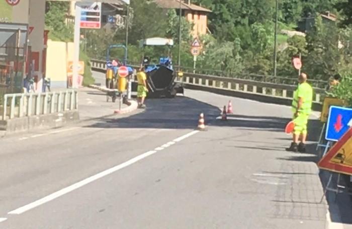 I lavori di asfaltatura a Zogno