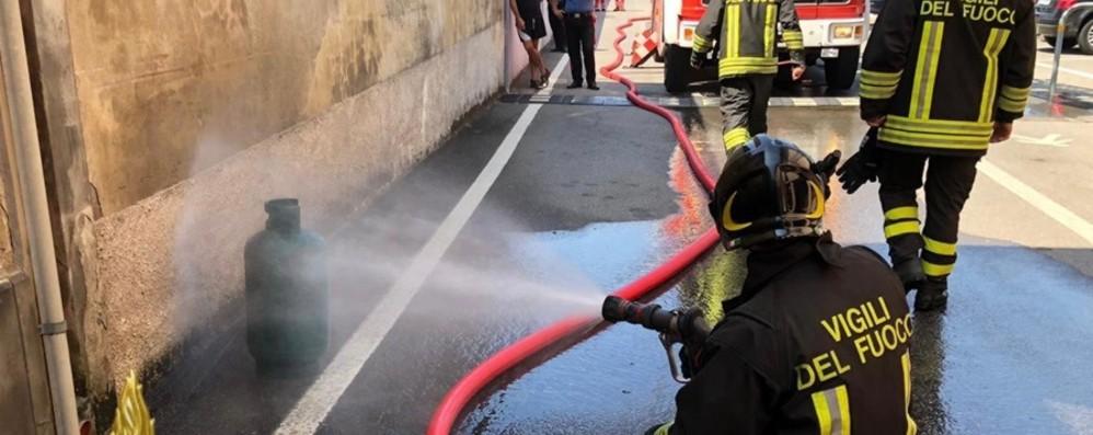 Barbata, fiamme in una cucina Vigili del fuoco in azione - Foto e video
