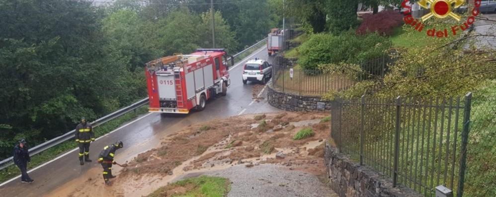 Cede muro di un canale, frana in strada Vigili del fuoco in azione a Cene